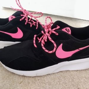 Ladies Nike Tennis shoes